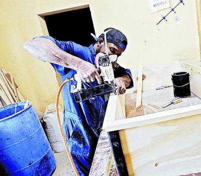 Trabajadores inmigrantes en la fabrica de Taca Taca Fratello Deportes. Foto: Andres Perez