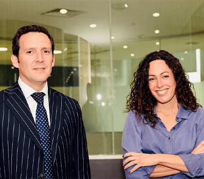Gonzalo Schmidt, socio de PwC Chile y Francisca Jünemann, presidenta de Fundación ChileMujeres.